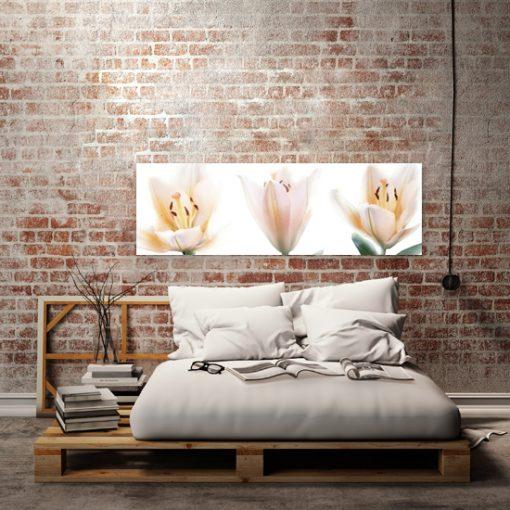 obraz do sypialni z kremowymi kwiatami